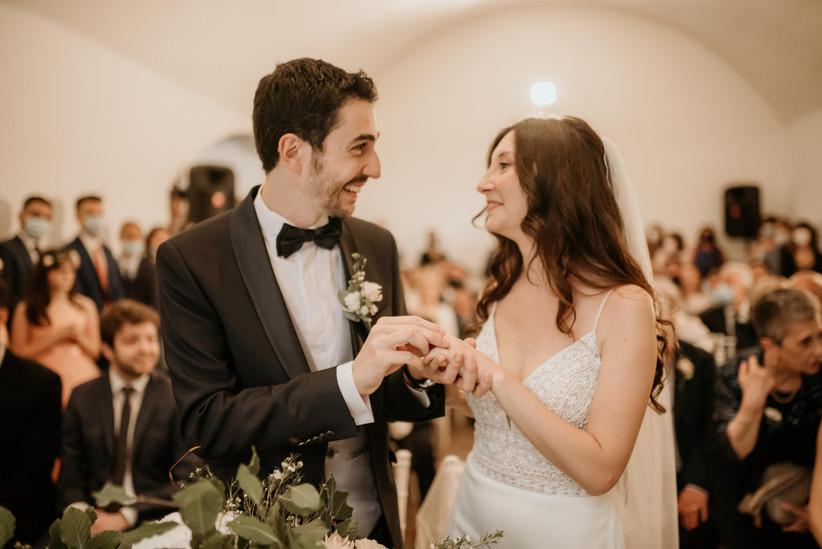 scambio degli anelli durante cerimonia nuziale