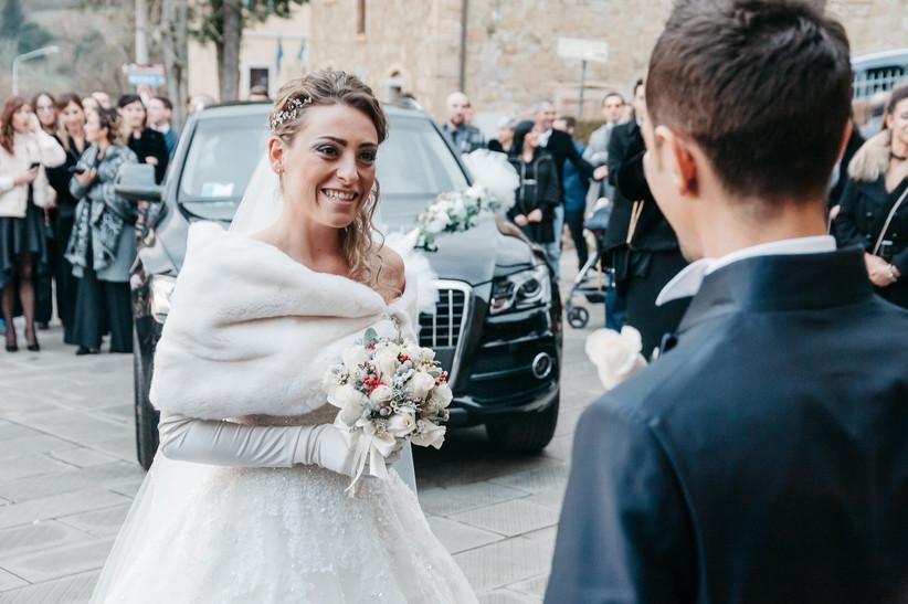 sposa con guanti lunghi durante matrimonio invernale