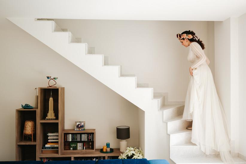 sposa con abito vintage che sale le scale di casa