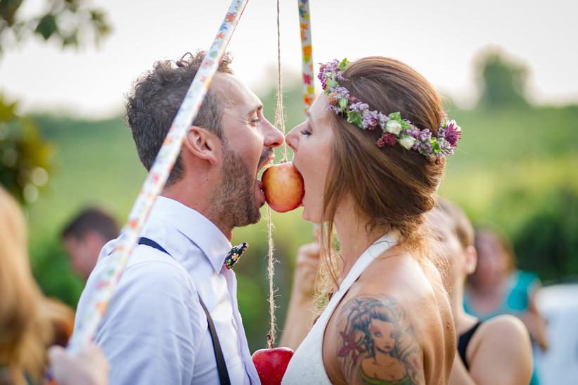 Sposi che giocano al gioco della mela