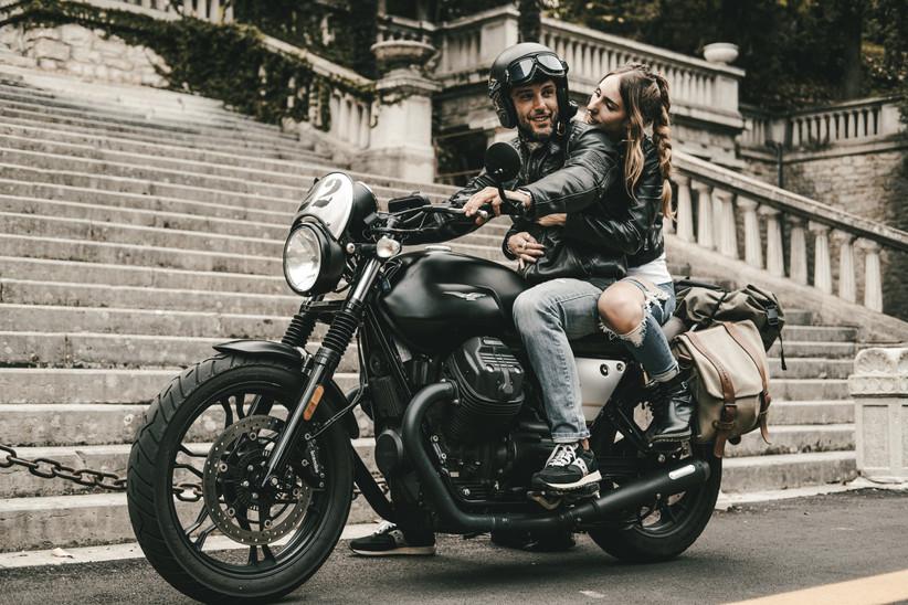 uomo e donna in moto