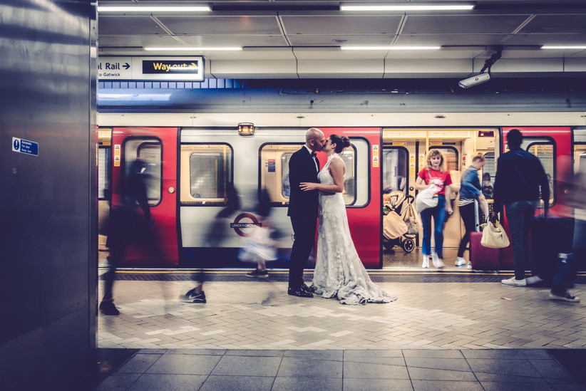 sposi nella metro di Londra