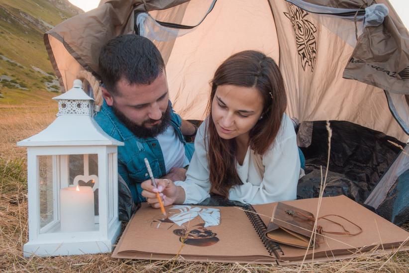 coppia in una tenda da campeggio
