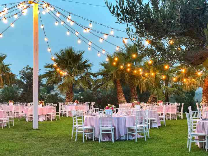 tavoli allestiti per matrimonio all'aperto
