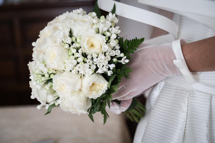 dettaglio mani sposa con guanti e bouquet