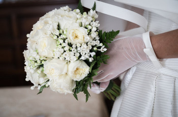 Guanti e cappello per la sposa chic: tutto su questi due accessori bon ton
