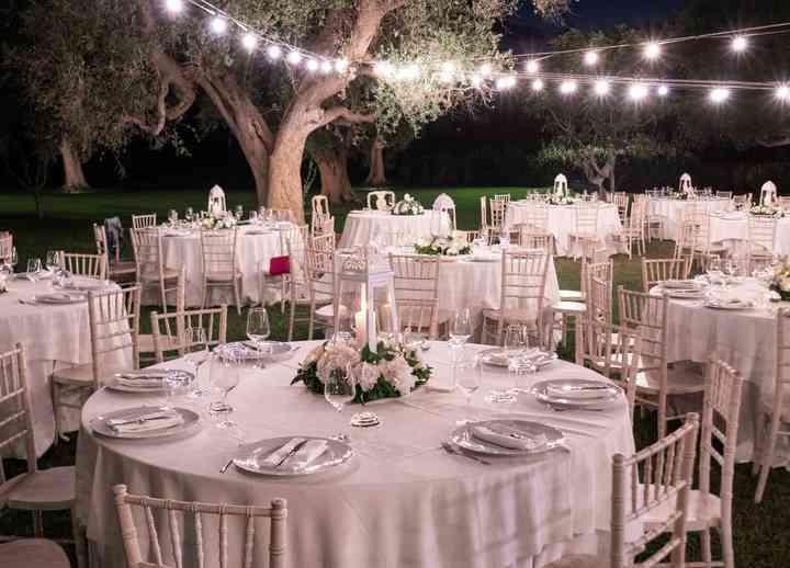 tavoli rotondi allestiti per matrimonio