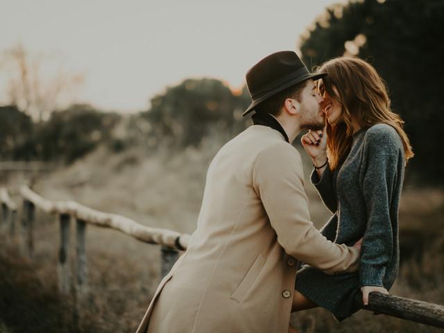 Cosa indossare durante il servizio prematrimoniale: l'outfit perfetto per la vostra sessione fotografica