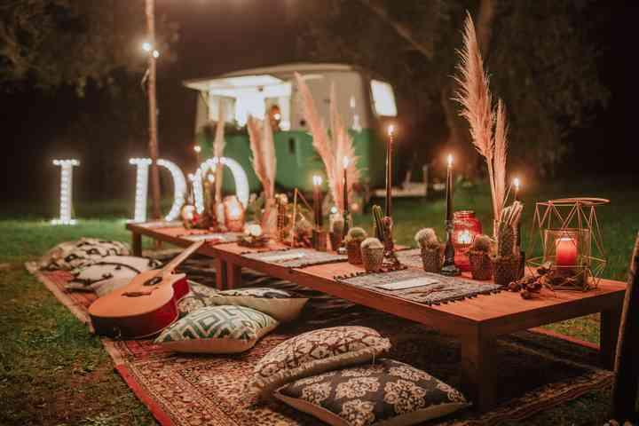 tavolo allestito con tappeti e cuscini