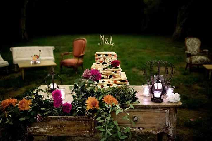 torta nuziale su tavolo in legno in giardino