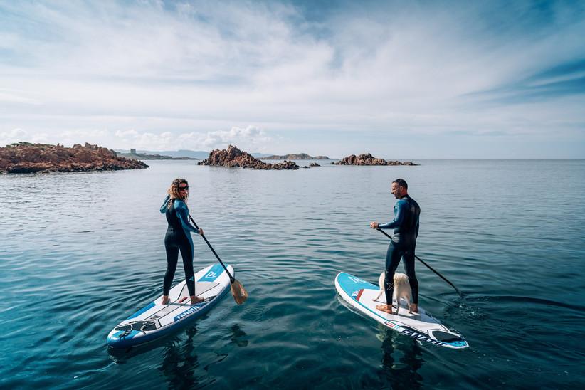 fidanzati in acqua che fanno paddle sup