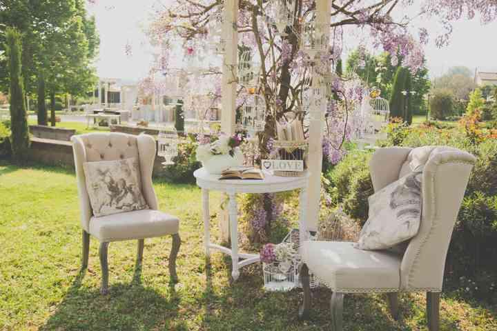 allestimento nozze con poltrone in giardino