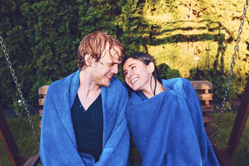 due ragazzi che si guardano con asciugamano addosso