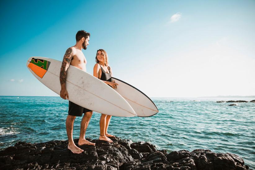due ragazzi su uno scoglio con tavole da surf