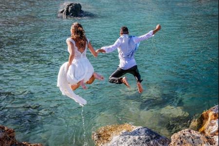 Reportage post-nozze in acqua: l'idea più cool per il vostro Trash the Dress!