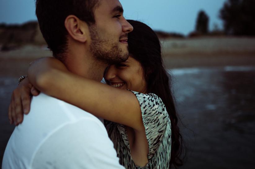 fidanzati che si abbracciano