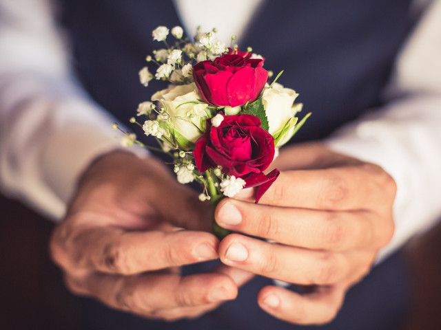 Fiore all'occhiello nell'abito da sposo: da dove viene questa tradizione?