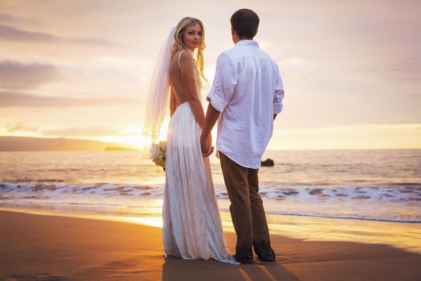 sposi sulla spiaggia al tramonto