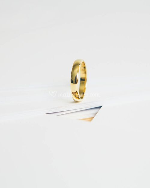 MINIMAL, White and Gold