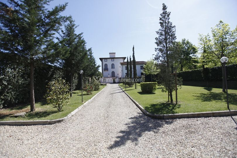 Viale ingresso villa di villa la fornacina fotos for Ingresso ville moderne