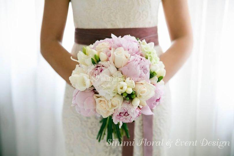 Bouquet con rose e peonie