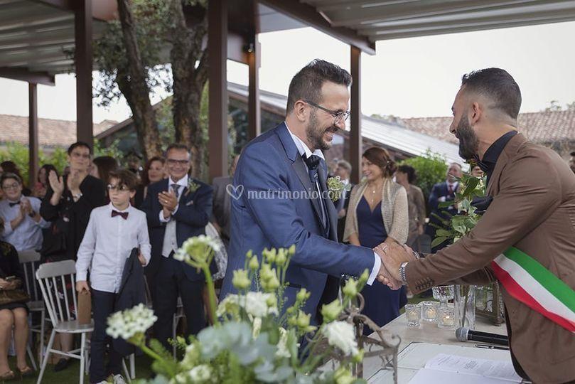 Il celebrante saluta lo sposo