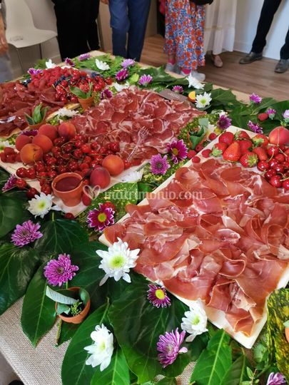 Flower buffet. Salumi e frutta