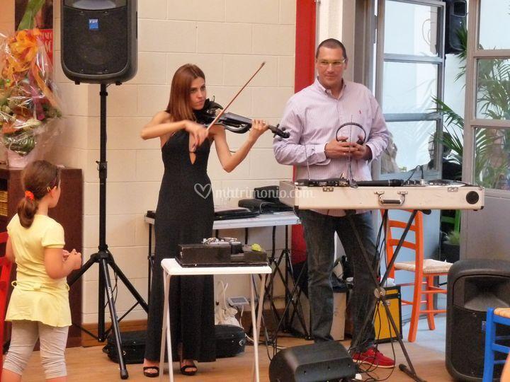 Violinista con violino elettrico amplificato per cerimonie
