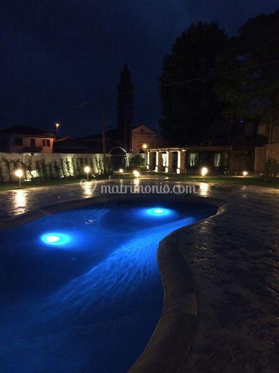 Bordo piscina di sera