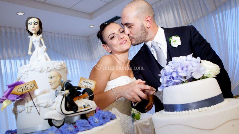 Gli sposi e la torta nuziale