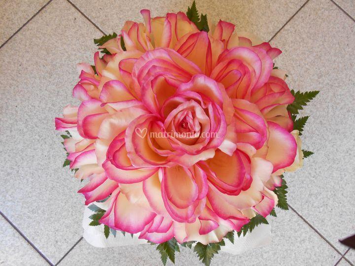 Bouquet con petali di rosa
