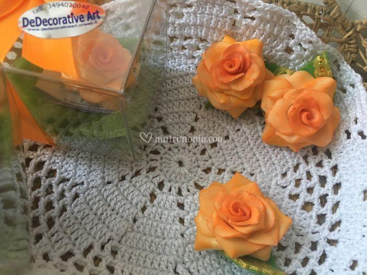 Rose porcellanizzate e persone