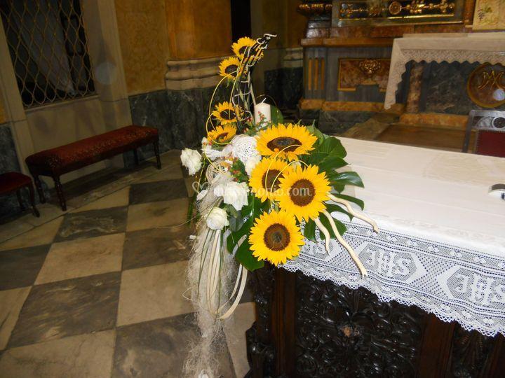 Comp. per altare con girasoli