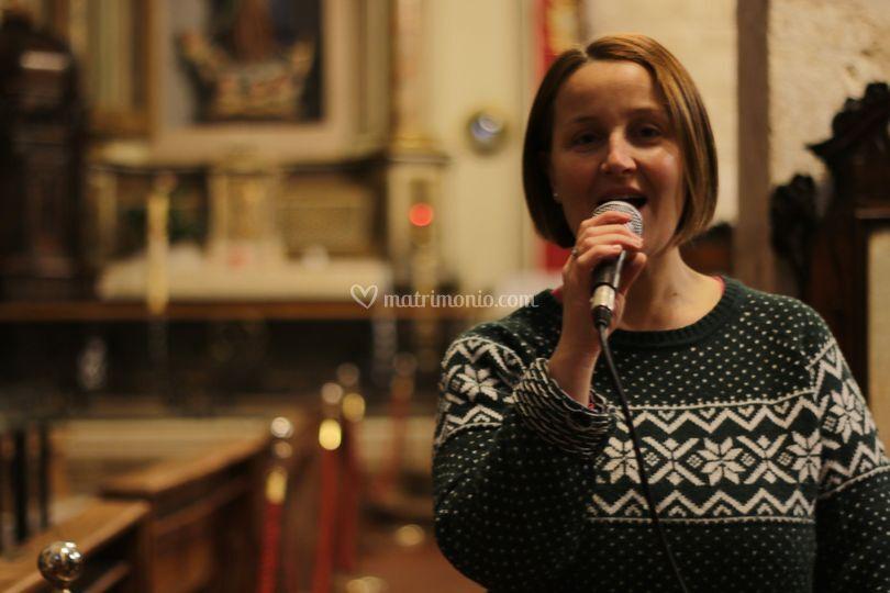 Ilaria mentre canta in chiesa