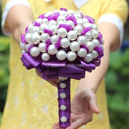Bouquet di perle e nastro vio