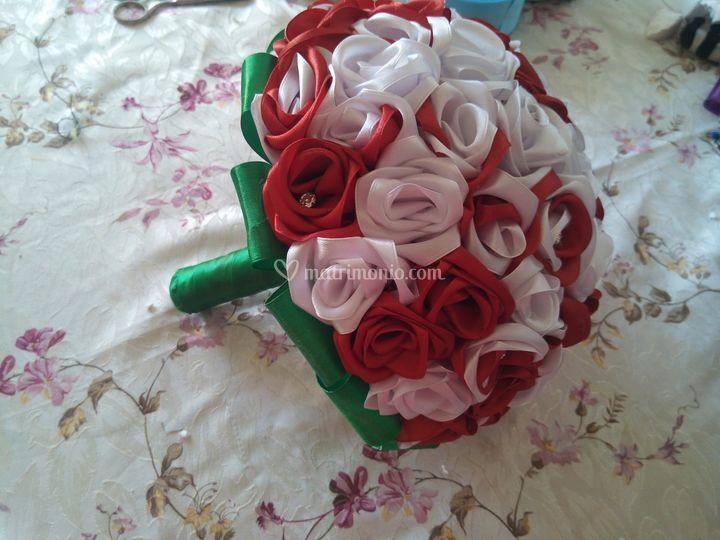 Bouquet bianco e rosso di nastro