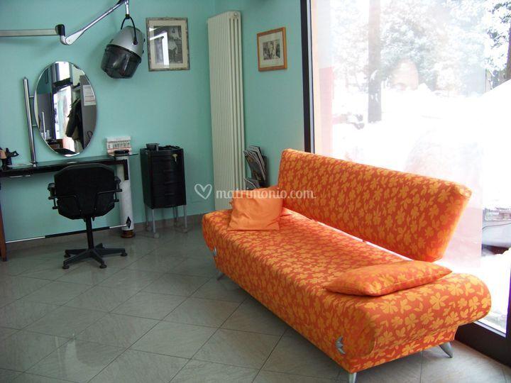 Vetrina e divano accoglienza