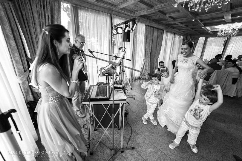 La sposa e i bimbi in festa