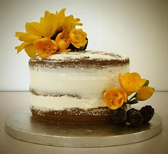Naked Cake con fiori e frutta