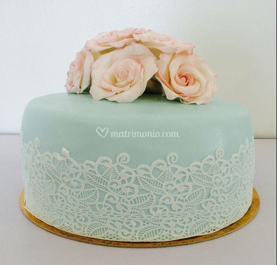 Torta decorata in pizzo e rose
