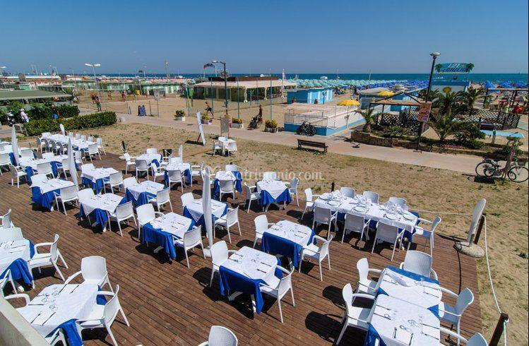 Matrimonio In Spiaggia Rimini : Allestimento all aperto di frontemare ristorante musica
