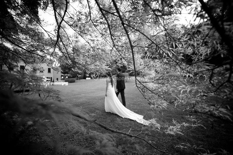 Sposi nel giardino della villa