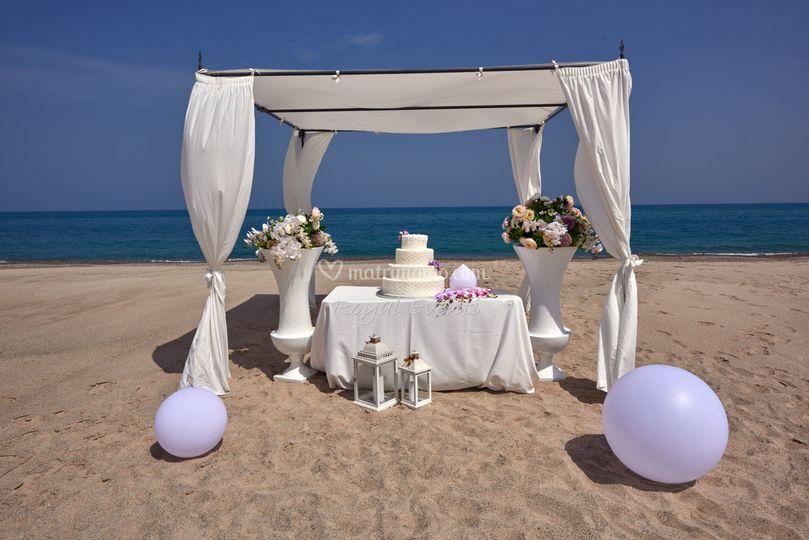 Taglio torta in spiaggia