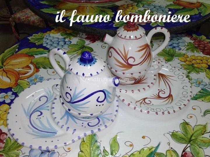 Teiera con tazza e piattino