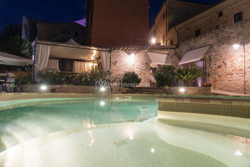 Foto piscina di sera