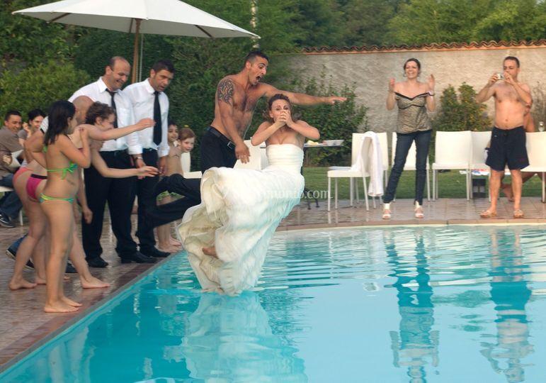 Sposi buttati in piscina di c m studio foto 17 for Addobbi piscina per matrimonio