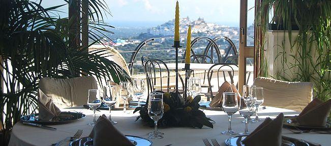 Sala da pranzo con vista sull'esterno