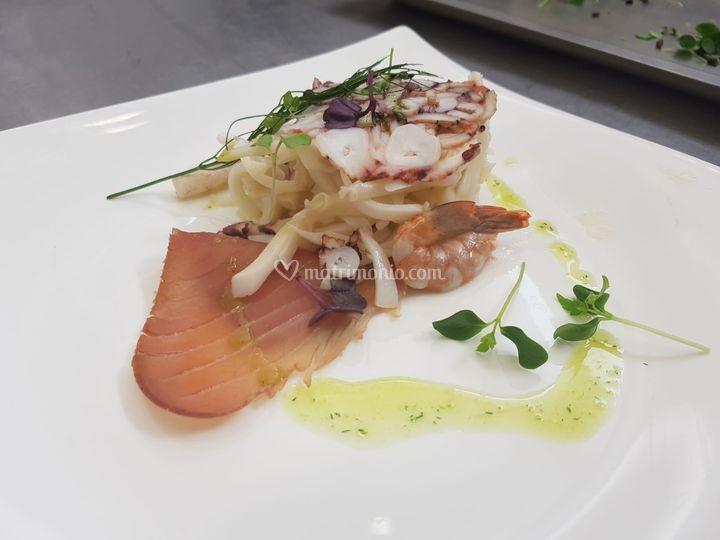 Pietanze - millefoglie di polpo, pesce spada e gambero marinato con tonno affumicato