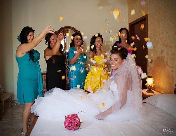 Sposa avvolta da petali