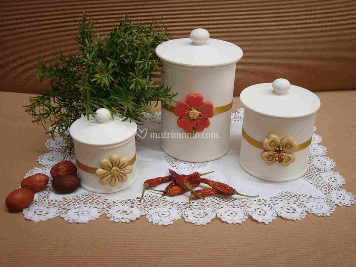 Barattoli in ceramica artigianale con applicazione in pasta di mais